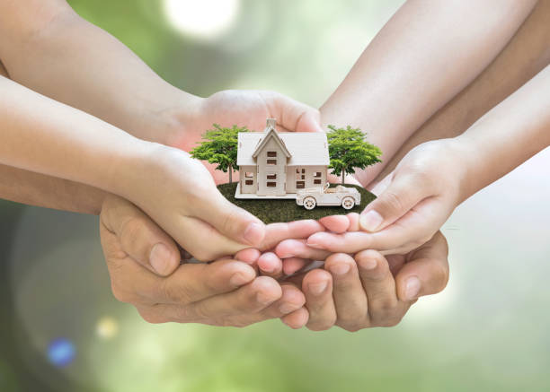 lening van het huis, autoverzekering, familie verzekering bescherming en privébezit erfenis planning concept - hand constructing industry stockfoto's en -beelden
