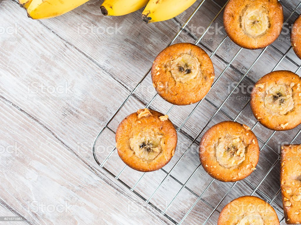 Home made banana muffins on grill photo libre de droits