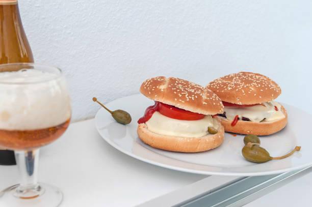 hausgemachte käse burger und bier - ofenfrikadellen stock-fotos und bilder