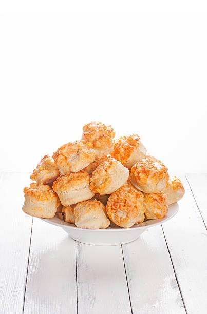 hausgemachte käse-scones auf weißem holz hintergrund - scones backen stock-fotos und bilder