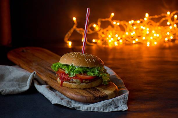 hausgemachte hamburger, weihnachten bokeh konzept, - schnelles weihnachtsessen stock-fotos und bilder