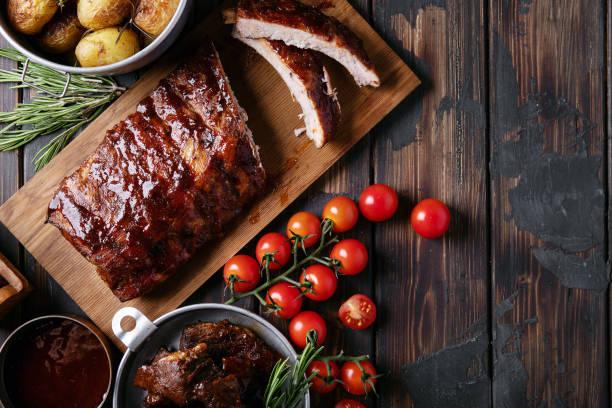 huisgemaakte varkens- en rundvlees ribben - varkensvlees stockfoto's en -beelden