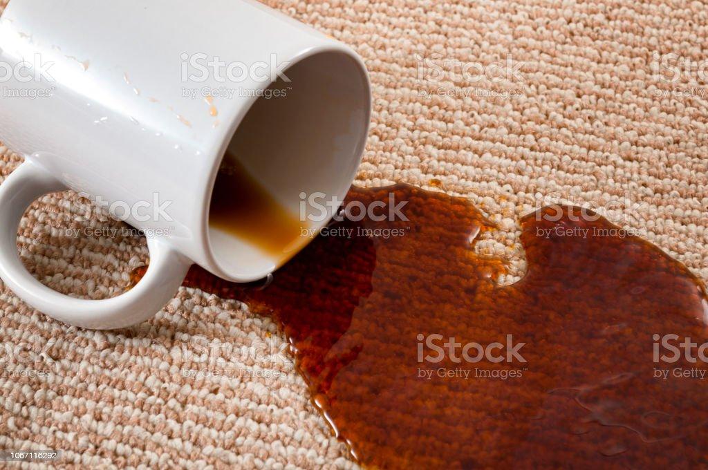 Nach Hause Missgeschick, gebeizt Teppich und häuslicher Unfall-Konzept mit Close up von einer verschütteten Kaffee verlassen einen Fleck auf dem braunen Teppich – Foto