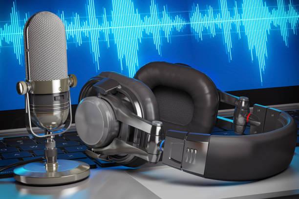home muziek of podcast studio. microfoon met hoofdtelefoon op laptop met golven op het scherm. - podcast stockfoto's en -beelden
