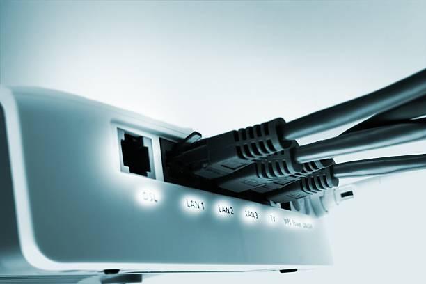 home netzwerk-switch mit kostenlosem dsl-port - router stock-fotos und bilder