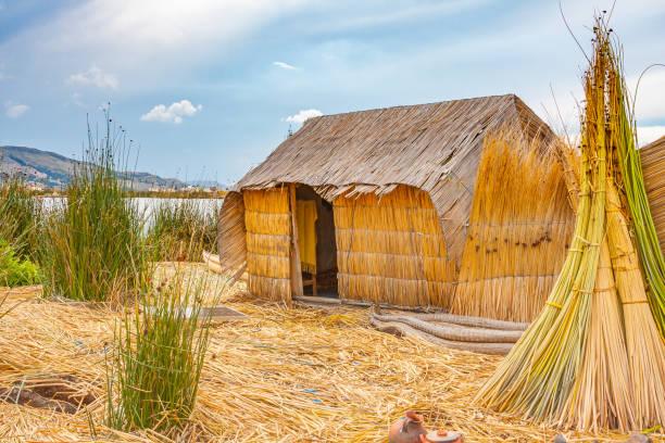 ウルの人々、チチカカ湖の家 - プノ ストックフォトと画像