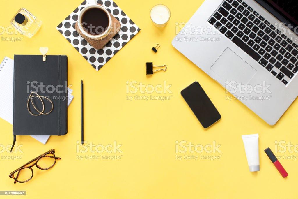 Homeoffice Schreibtisch Weiblichen Arbeitsbereich Mit Laptop ...