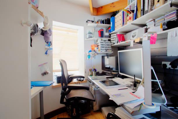 home office - desarrumação imagens e fotografias de stock
