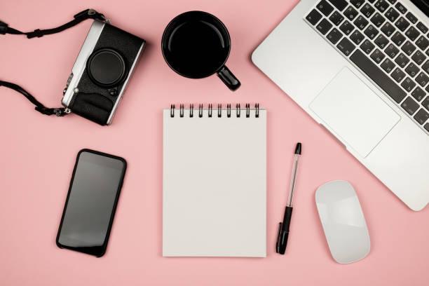 home-office sachen mit laptop, notebook, kaffee und anderen hilfsgütern. flache laien foto. ansicht von oben. freiberuflicher konzept - pastellstifte stock-fotos und bilder