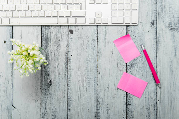 Home office with pink post its – zdjęcie