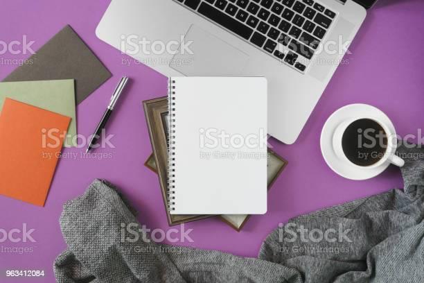 Domowe Miejsce Do Pracy W Biurze Na Fioletowym Tle - zdjęcia stockowe i więcej obrazów Biuro