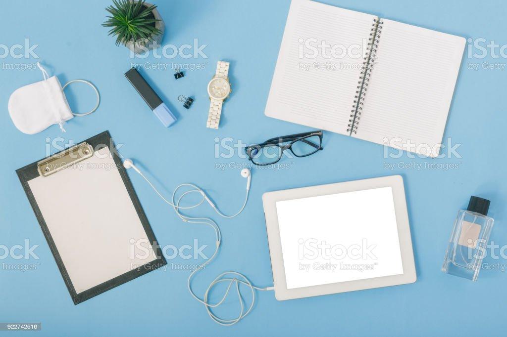 Homeofficearbeitsplatz Mit Tablet Notebook Parfums Brillen ...