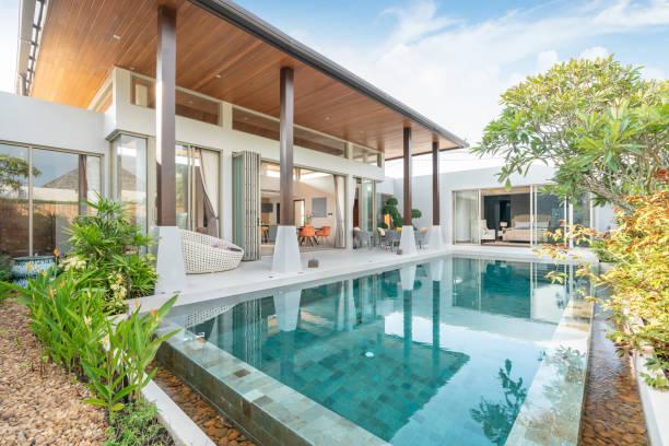 dom lub dom budynek zewnętrzny i wystrój wnętrz przedstawiający tropikalną willę przy basenie z zielonym ogrodem - luksus zdjęcia i obrazy z banku zdjęć