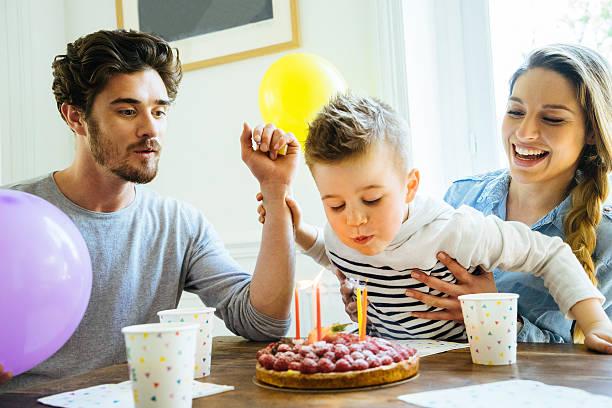 zu hause mit familie feiern geburtstag für kleine jungen - alles gute zum geburtstag sohn stock-fotos und bilder