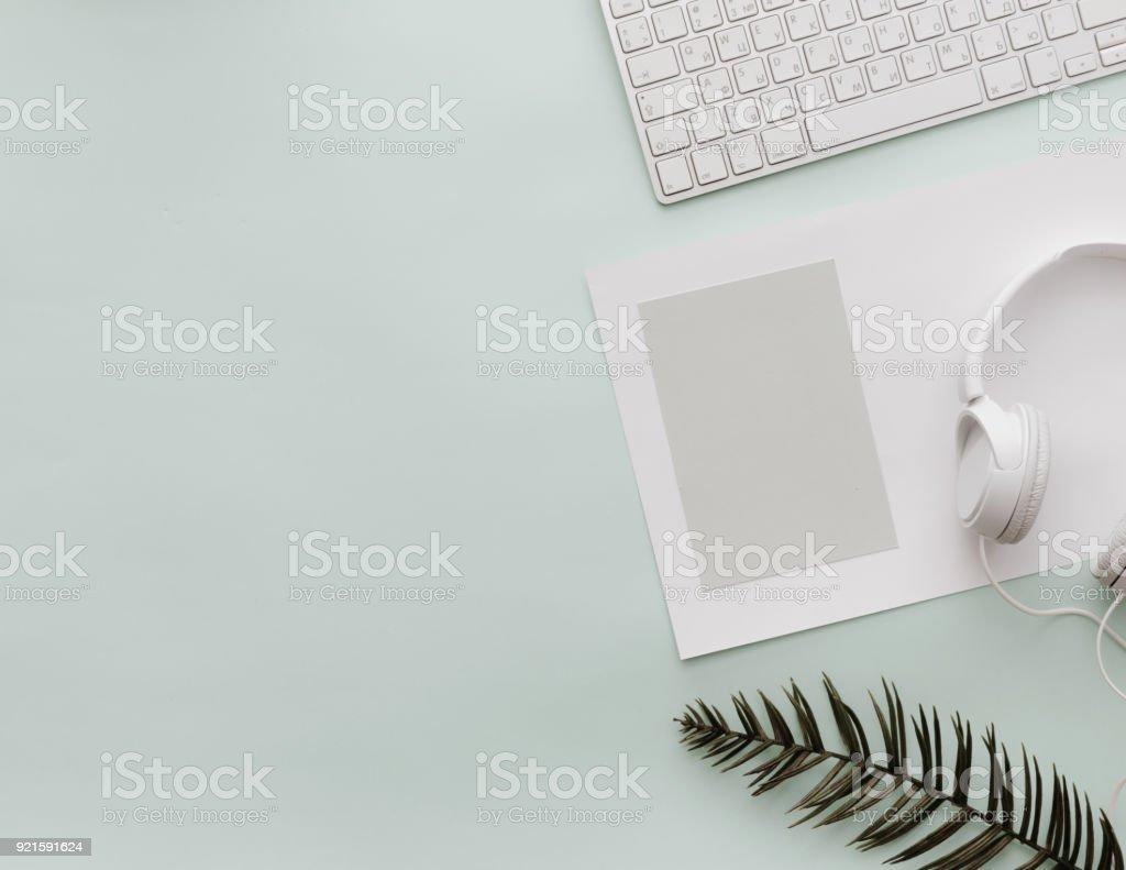Casa Pastel gabinete Desktop com teclado, espaço em branco vazio e fones de ouvido