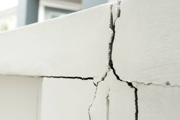 Home problem, building problem wall cracked need to repair Home problem, building problem wall cracked need to repair hurry up stable stock pictures, royalty-free photos & images