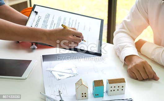 istock Home sales brokers sign contracts to sign customers. 857433030