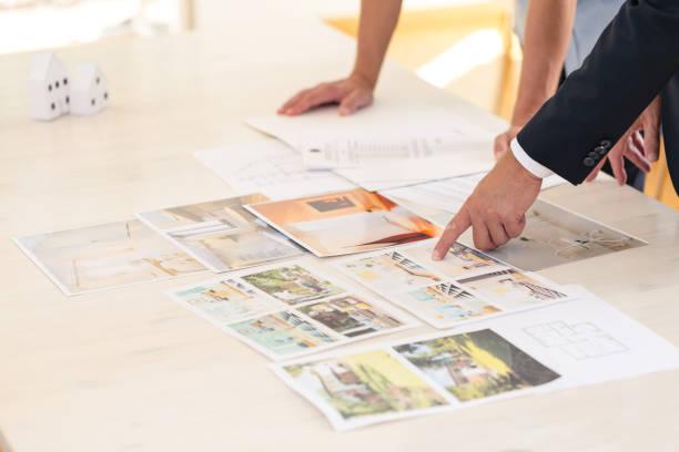 home seller presenting property advantages - imobiliaria imagens e fotografias de stock