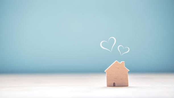 Heim Heim, Haus Süßholz mit Herzform auf Holz und blauer Hintergrund – Foto
