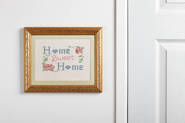 Hogar, dulce hogar muestreador de colgar en pared - foto de stock