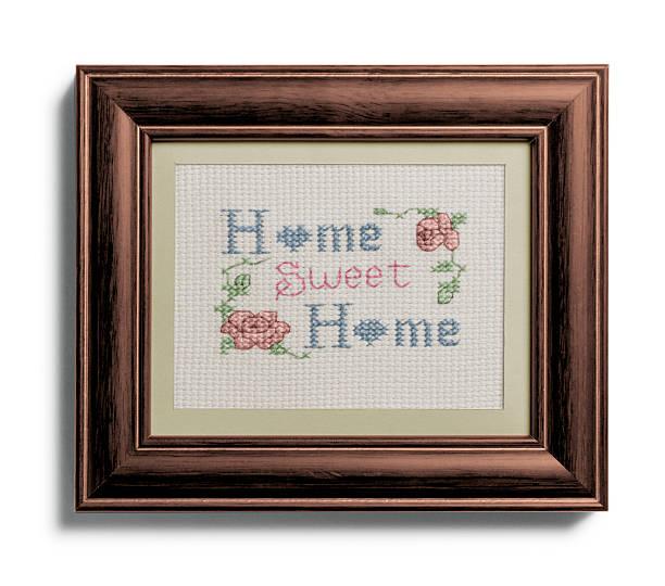 Hogar, dulce hogar muestreador en el marco sobre fondo blanco - foto de stock