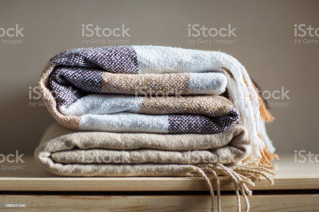 Heimtextilien Stapel Von Beige Wolldecken Auf Einem Holzregal