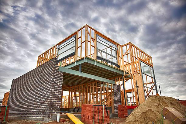 la maison en construction - matériau de construction photos et images de collection