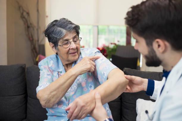 home visit - artrite foto e immagini stock