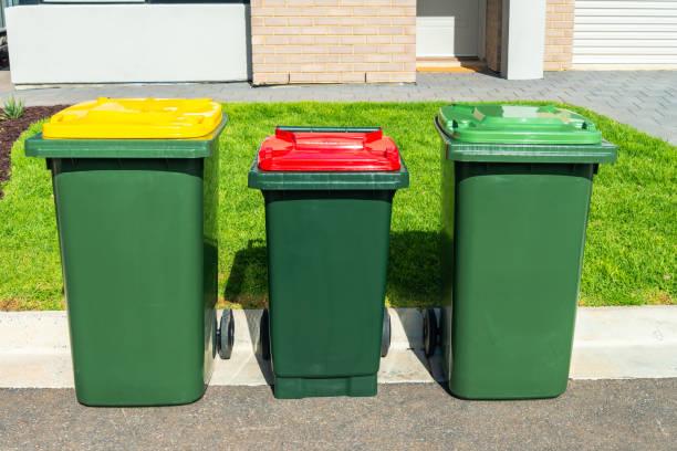 Hausmüll-Mülleimer auf vordemhof – Foto
