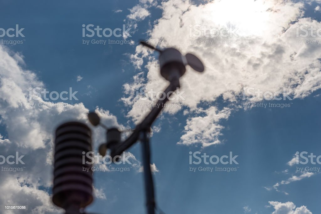 Home Wetterstation auf dem Hintergrund des blauen Himmels mit der Sonne hinter den Wolken. Messung von Temperatur, Luftfeuchtigkeit und Wind Richtung – Foto