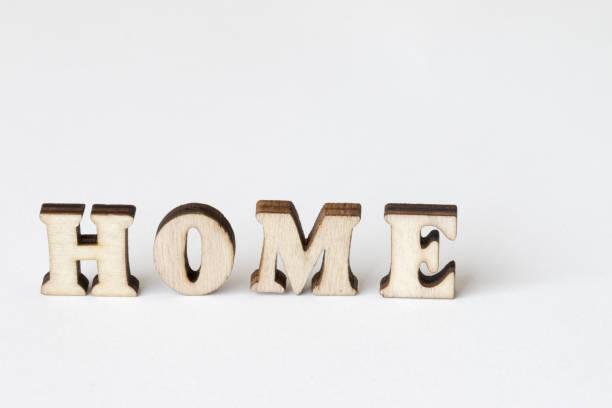 home home, holz buchstaben auf weißem hintergrund - 3d typografie stock-fotos und bilder