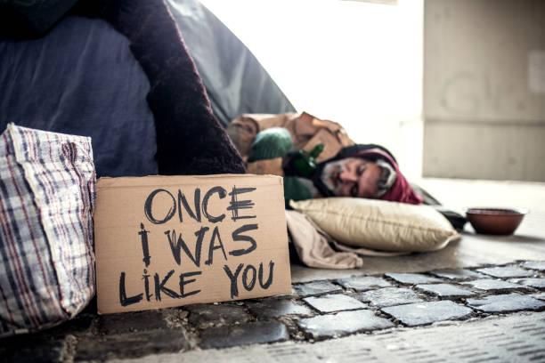 mendigo sem teto no chão ao ar livre na cidade, dormindo. - sem teto - fotografias e filmes do acervo