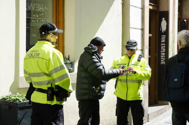 Obdachlose werden von Polizei kontrolliert – Foto