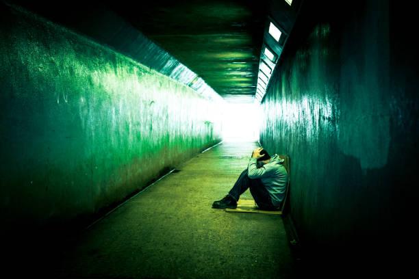 노숙자 남자 차가운 지하철 터널에 앉아 우울 - 마약 뉴스 사진 이미지