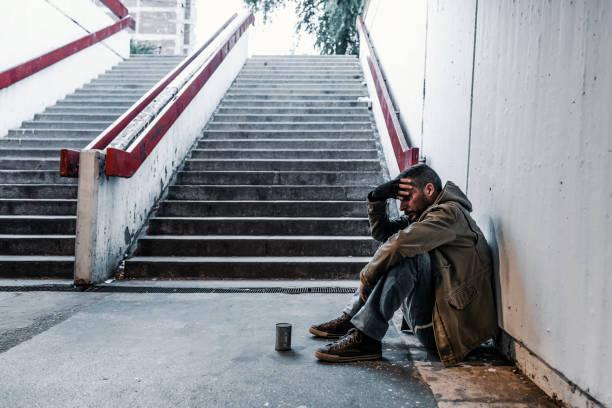 hemlös man tigger pengar - bum bildbanksfoton och bilder