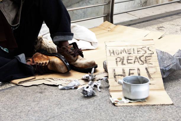 obdachloser spende auf straße in der hauptstadt. - obdachlosigkeit stock-fotos und bilder