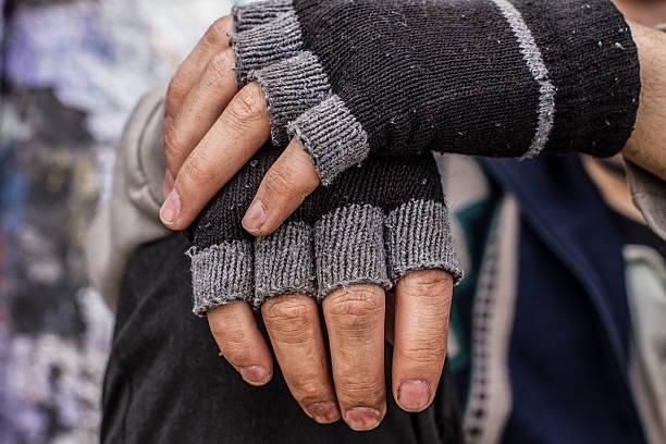 homeless man hands - sin techo fotografías e imágenes de stock