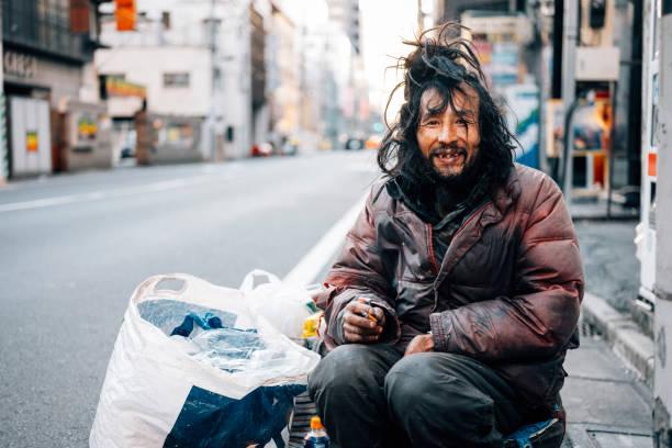 hombre sin hogar en tokio japón - sin techo fotografías e imágenes de stock