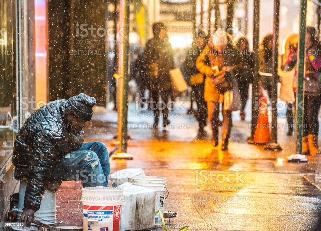 Homeless Man Sitting On New York Street Under Snow Stock Fotografie