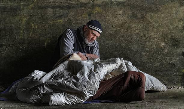 homeless hombre durmiendo violento - sin techo fotografías e imágenes de stock