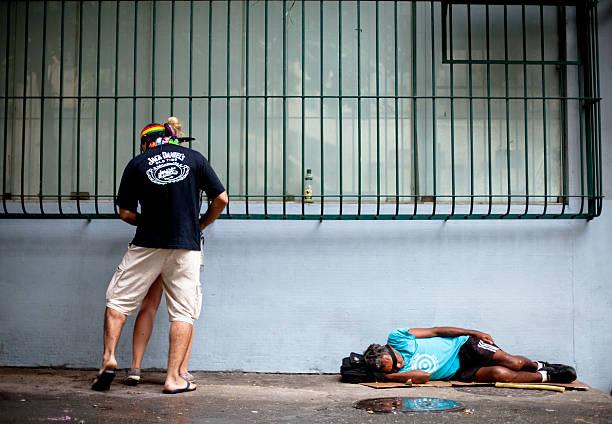 ホームレスの男性は、酔っ払いのカップルがベッドになりました - 謝肉祭 ストックフォトと画像