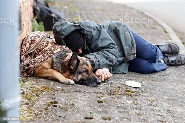 obdachloser Mann mit seinem Hund