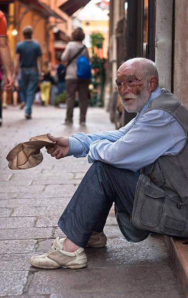 Senzatetto uomo anziano per chiedere aiuto. - foto stock