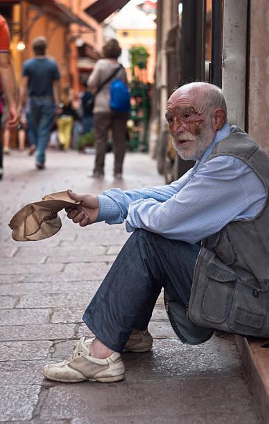 Senzatetto uomo anziano - foto stock