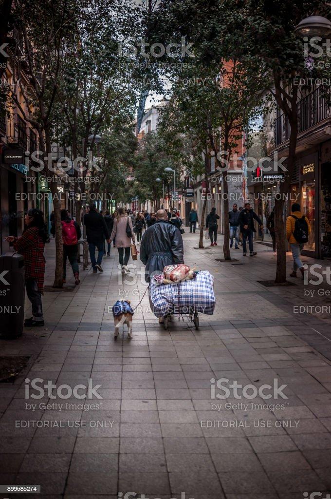 Personas sin hogar; Inhumanas y crueles escenas de una realidad cotidiana en las grandes ciudades - foto de stock