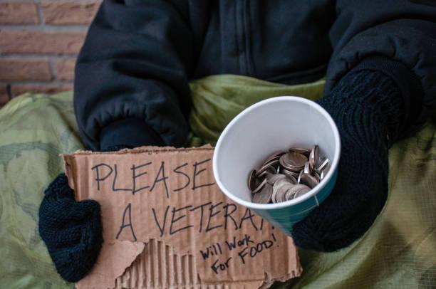 obdachloser betteln für den wandel - bettler stock-fotos und bilder