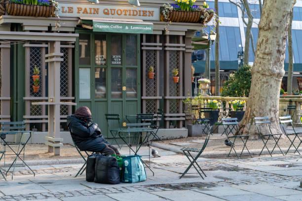 Ein Obdachloser, der im Bryant Park schlief, desertierte wegen der COVID-19-Pandemie. – Foto
