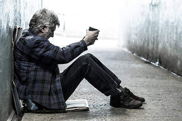 homeless adulta senior hombre sentado y cualquier en un túnel subterráneo - sin techo fotografías e imágenes de stock