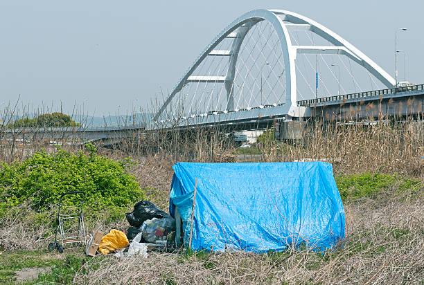 homeless shelter in aue von yodo river in osaka - planenzelt stock-fotos und bilder