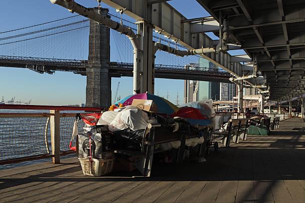 NYC Obdachlose Schlafen in notdürftige Bleibe Unterkünften am East River – Foto